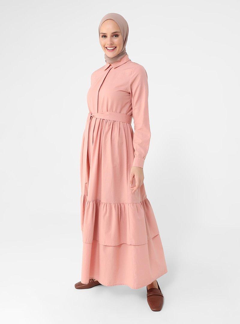 Refka Gül Kurusu Kendi Kumaşından Kemerli Eteği Katlı Doğal Kumaşlı Elbise
