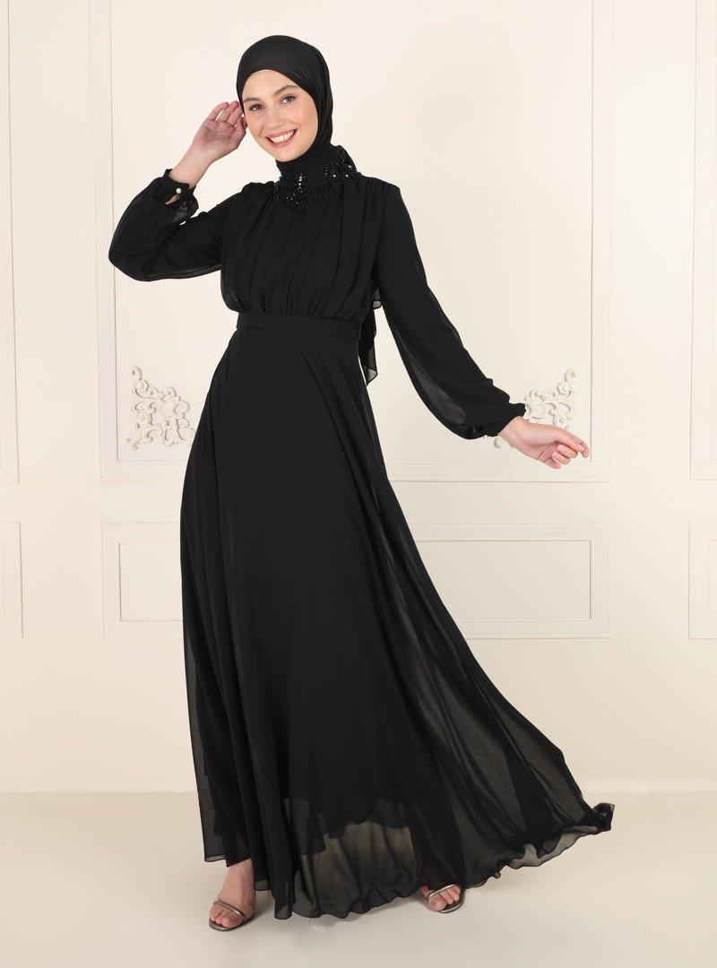 Amine Hüma Siyah Yakası Taş Detaylı Abiye Elbise