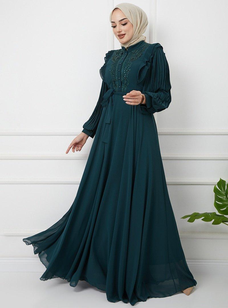 Olcay Koyu Yeşil Dantel Ve Fırfır Detaylı Kolları Pliseli Abiye Elbise
