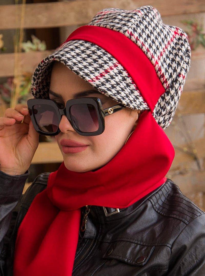 AİŞE TESETTÜR Kırmızı Siyah Kazayağı Atkılı Şapka